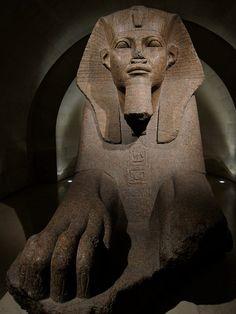 Le grand Sphinx. 2 600 av JC. Sculpté il y a quatre mille ans environ dans un bloc de granite rose de plus de 4m de long. Découvert en 1825 dans les ruines d'Amon-Rê de Tanis - Musée du Louvre