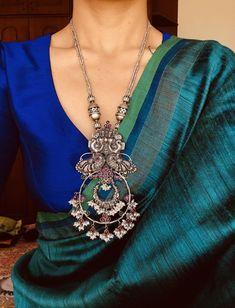 Sari / Blouse Styling and beautiful Jewelry Indian Attire, Indian Wear, Indian Outfits, Indian Clothes, Saree Blouse Patterns, Sari Blouse Designs, Trendy Sarees, Stylish Sarees, Saris