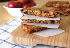 Granola bars are one of my favorite snacks and make a quick breakfast. This recipe is missing the usual main ingredient, oats. Although some oats are gluten free, many are not. So this eliminates any risk of consuming gluten and is also Paleo friendly. Paleo Granola Bars, Paleo Protein Bars, Homemade Granola Bars, Healthy Bars, Eat Healthy, Healthy Snacks, Paleo Breakfast, Breakfast Recipes, Breakfast Time