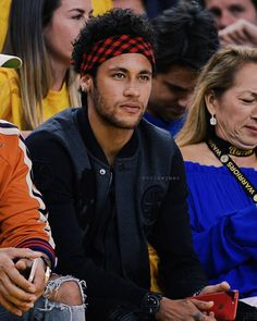 What's up with the lady on the left of Ney? She seems to be horrified! Was ist mit der Frau links von Ney los? Psg, Neymar Jr Wallpapers, Neymar Brazil, Super Bowl, Junior Fashion, Lewis Hamilton, Champions, Football Fans, Lionel Messi