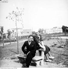 Edward Hartwig z żoną Heleną na terenie Katolickiego Uniwersytetu Lubelskiego (na dawnym placu musztry Koszar Świętokrzyskich). W głębi widoczny Dom Żołnierza i kamienice przy Alejach Racławickich.