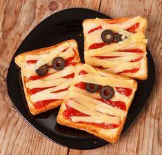 Op zoek naar een lekker halloween recept? Maak dan eens deze mummy tosti. Je hebt maar een paar ingrediënten nodig om ze zelf te maken!