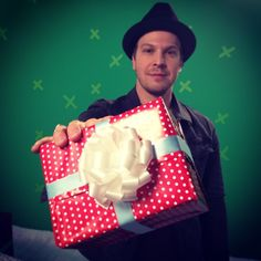 EXCLUSIVE! Happy Holidaze from VH1 + #GavinDeGraw! Watch him sing 'O Holy Night'  http://on.vh1.com/Xztil8