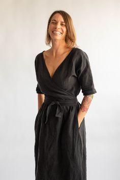 Summer linen dresses - midi length and casual shift dresses Fashion Week, Look Fashion, Fashion Design, 90s Fashion, Fashion Tips, Jade Dress, Quoi Porter, Linen Jackets, Linen Dresses
