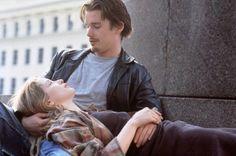 """『ビフォア・サンライズ』(1995年)  ■あらすじ  ヨーロッパの長距離列車のなかで出会ったアメリカ人のジェシー(イーサン・ホーク)と、フランス人のセリーヌ(ジュリー・デルピー)。意気投合したふたりは、翌朝までの間、ウィーンの街を歩きながら""""夜明け""""までの時間を過ごし、再会を約束する。"""