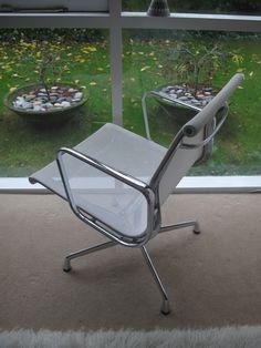 Poltrona de alumínio projetada por Eames (Aluminium Group Chair) para a Vitra.  Fotografia: Tim no Flickr.