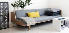 I love this homemade couch! I really want one of those in my livingroom :)