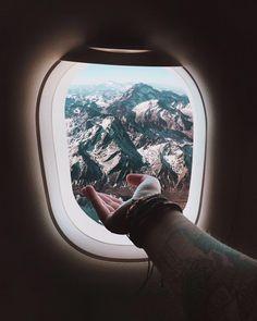 """Quer dicas de como caprichar no click durante suas viagens de avião??   Chega mais porque a nossa fotógrafa de viagens @patchinpixels é tão apaixonada por essas cenas que ela veio aqui dar umas dicas pra quem não larga a câmera nem lá nas alturas - foi assim que ela tirou essa foto incrível com Cordilheira dos Andes e o melhor: essa é uma foto de celular!  """"De que valeria o destino se não fosse o caminho não é?! Acho que por isso que fotos da janela do avião ou do meio da estrada são sempre…"""