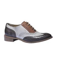 Dámská kožená obuv na nízkém podpatku inspirovaná klasickými pánskými polobotkami v Oxford stylu. Brogue zdobení je navíc oživeno kontrastní barvou na patě a nártu. Tato obuv je jako stvořená pro dámy, které rády oblékají Dandy styl. Skvěle také okoření elegantní i ležérní outfity do práce.