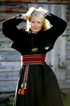 Beltestakk med broderi - Almankås Norwegian Clothing, Norwegian Fashion, Folk Clothing, Medieval Clothing, Traditional Fashion, Traditional Dresses, Norway Clothes, Folk Costume, Costumes