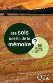 """LES SOLS ONT-ILS DE LA MÉMOIRE ?: 80 CLÉS POUR COMPRENDRE LES SOLS. Monografia.  Nodrir el planeta implica mantenir un sòl  fèrtil sense esgotar-lo. Els sòls també poden contribuir a la reducció d'emissions de CO2 mitjançant la formació dels """"embornals de carboni"""". Els riscos actuals són, principalment, l'erosió, la salinització, la pèrdua de matèria orgànica i la contaminació. Els autors d'aquest llibre pretenen divulgar coneixements sobre la física del sòl, la biologia i l'ecologia."""