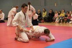 Aikido Kindertraining mit Aikido Kyuprüfungen in der Auhofschule, Linz - 8. April 2016: Nikkyo Fixierung