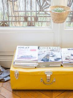 Malle en fer et magazines. Décoration