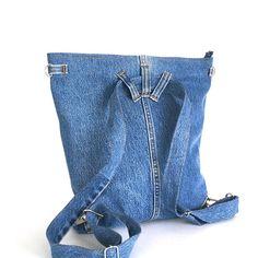 Un design fonctionnel rend ce portable convertible sac à dos/cross body sac parfait pour n'importe qui sur la route. J'ai fait à partir d'un pantalon Jean retraite. Ce sac à dos dispose de deux poches extérieures. Un de ces poches est de 12 x 8.5» et s'adapte à n'importe quelle tablette qui n'est pas plus large que 8,5». J'ai doublé avec un tissu bleu foncé et ajouté deux poches intérieures. La sangle convertible vous permet de convertir de sac à dos pour traverser le corps. Les deux e...