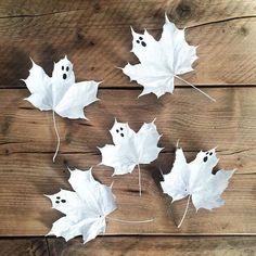 Verzamel herfstbladen en verf ze volledig wit. Teken er vervolgens een gezichtje op van een spook. Spooky!