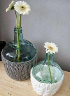 Groene glazen fles/vaas van de Action lekker warm in een wollen muts!