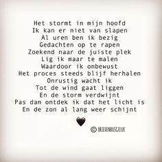 • S T O R M in mijn hoofd • ©️ 💭💥💭 . #gedichtjesvanbrievenbusgeluk . ——— www.brievenbusgeluk.nl ——— . . . . . #brievenbusgeluk #gedichtje…