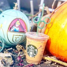 Here's How To Order A Pumpkin Spice 'Cinderella Latte' From Starbucks' Secret Menu Starbucks Fall Drinks, Starbucks Secret Menu, Starbucks Hacks, Starbucks Recipes, Holiday Drinks, Starbucks Locations, Secret Menu Items, Cinderella Pumpkin, Pumpkin Spice Syrup