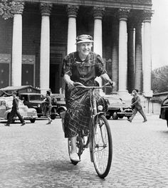 Son vélo, Marie Marvingt l'utilisait encore à l'âge de 80 ans. Déjà octogénaire, cette grande sportive avait même réussi un trajet Nancy -Paris à la force du mollet ! Entre Marie Marvingt et le cyclisme, c'est une vieille histoire d'amour.  Cette féministe avant l'heure n'avait-elle pas demandé à participer, avec les hommes, au Tour de France ? Comme cela lui avait été refusé, elle avait tout de même réalisé la grande boucle en prenant le départ chaque jour, quelques minutes après les…