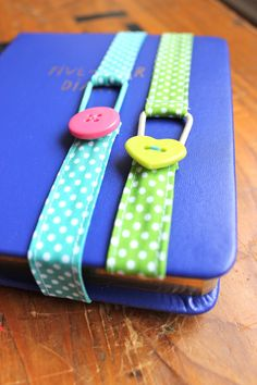 Eine kleine, feine und schnelle Näh-Arbeit sind diese Buchzeichen aus Schrägband, Haargummeli & einem bunten Knopf. Sie sind als Näh-Proj...