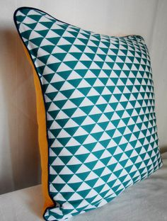 housse de coussin graphique blue cube 40 x 40 cm margotte zebulone textiles cubes et bleu. Black Bedroom Furniture Sets. Home Design Ideas