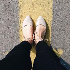 Este par es nuestra nueva obsesión, ¿quieren saber por qué? Vayan al blog (link en la bio) #shoes #laceupflats 🚧💛