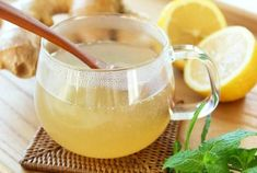 Ginger lemon tea is one of the best drinks to have during the winter. It is packed with many incredible health benefits. Is ginger and lemon tea good for Nephro Cold Remedies, Herbal Remedies, Aviva Romm, Hot Lemon Water, Oil Pulling, Ginger Tea, Fresh Ginger, Best Tea, Water Recipes
