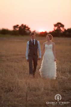 Sunset photo! They look so happy and peacful!  | www.georgestreetphoto.com  #DREAMWEDDING