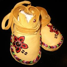 Buffalo Flower Baby Mocs by stehongeda on Etsy Indian Beadwork, Native Beadwork, Native American Beadwork, Native Beading Patterns, Beadwork Designs, Native American Clothing, Native American Crafts, Beaded Moccasins, Baby Moccasins