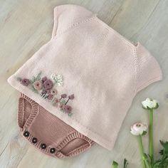 Baby Knitting Patterns, Baby Sweater Knitting Pattern, Knitted Baby Cardigan, Knitted Baby Clothes, Baby Hats Knitting, Knitting For Kids, Brei Baby, Cardigan Bebe, Baby Sweaters