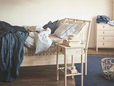 BJÖRKSNÄS - einfach | IKEA Life Home - inspirierende Heimtextilien Scandi Bedroom, Bedroom Inspo, Bedroom Decor, Ikea Inspiration, Ikea France, Shopping Catalogues, Beach House Decor, Home Decor, Swedish Design