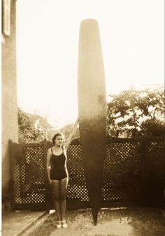 """Margot Rittscher, primeira mulher a surfar no Brasil entre 1936 e 38 - Em 1939, com a """"tábua"""" do irmão, Thomas"""