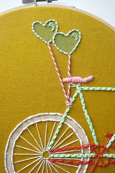 Bicicleta Tándem bordado aro arte en mostaza por TheKitschyStitcher