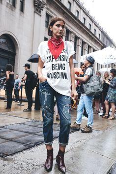 Camiseta de Moschino, bandana con flecos y botines burdeos