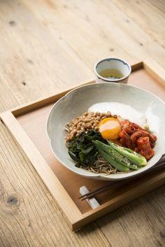 納豆、キムチ、山芋、オクラ、ワカメ、卵黄に生姜!体に良い食材をこれでもかと集めたお蕎麦のレシピ。身体が疲れている時の回復レシピに加えましょう。