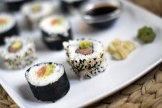 Zelfgemaakte sushi, ik leg je uit hoe je dit gemakkelijk zelf thuis kan maken | BrendaKookt.nl Tapas, Asian Recipes, Healthy Recipes, Sushi Bowl, How To Make Sushi, Sushi Time, Homemade Sushi, Japanese Sushi, Sashimi