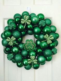 Shamrock wreath Bauble Wreath, Ornament Wreath, Ornaments, Diy Candle Centerpieces, St Patrick's Day Decorations, Balloon Decorations, Wine Bottle Candle Holder, Candle Holders, Gold Candy