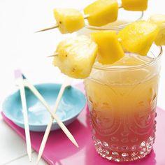 Recept - Grenadine sunrise - Ingrediënten      1 limoen      1 pak vruchtendrank sinaasappel-perzik (bv. Dubbeldrank)      4 el siroop grenadine      1 schaal verse tropische fruitsalade (300 g)   Pers de limoen uit en meng het sap met de vruchtendrank. Verdeel dit over de longdrinkglazen. Schenk in elk glas 1 el grenadine. Rijg wat stukjes fruit aan de satéprikkers en leg op elk glas een prikker.