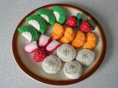 """Letní ovocný salát Ručně šitá hračka pro malé kuchařky a kuchaře, obchodníky a obchodnice. Sada obsahuje: 4x srpeček kiwi 4x srpeček mandarinky 4x kolečko banánu 4x půlka jahody 2x celá jahoda V případě zájmu lze doplnit o """"pufinky"""" šlehačky nebo dodat jen některé druhy ovoce. Hračka obsahuje malé části. Vše je důkladně přišité, žádné části hračky nejsou ..."""