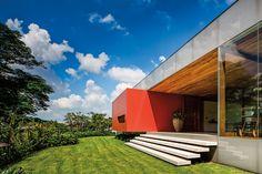 A Geneses House, projetada pelo arquiteto brasileiro Isay Weinfeld e executada pela Lock Engenharia, foi a vencedora do Design Awards promovido pela revista britânica.
