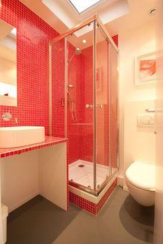 ct maison la mosaique rouge tapisse les murs et le meuble de toilette de la - Mosaique Salle De Bain Rouge