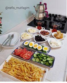 Breakfast Presentation, Food Presentation, Party Food Platters, Food Dishes, Breakfast Platter, Sleepover Food, Freezer Breakfast Sandwiches, Food Decoration, How To Make Breakfast