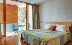 O papel de parede deixa o quarto estampado, mas, ainda assim, neutro e relaxante. Projeto do arquiteto Jorge Siemsen