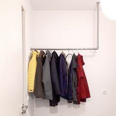 Met RVS buiskoppelingen en buis maak je je eigen unieke kapstok op maat. Industrieel, stoer en praktisch. Wardrobe Rack, Furniture, Decor, Buxus, Decoration, Home Furnishings, Decorating, Deco, Arredamento