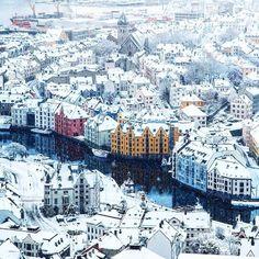 un jour une ville 品 winter in alesund norway (voyage travel scandinavie) Alesund, Places To Travel, Places To See, Wonderful Places, Beautiful Places, Beautiful Beautiful, Magic Places, Lombard Street, Norway Travel