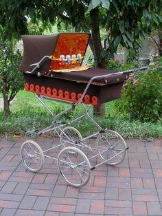 Nostalgie .70er jaren helemaal in de mode. Pram Stroller, Baby Strollers, Vintage Pram, Brio, Baby Carriage, Prams, Wheelbarrow, Vintage Stuff, Kids And Parenting