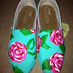 How to paint your Toms Toms Shoes Outlet, Cheap Shoes, Crazy Shoes, Me Too Shoes, Hand Painted Toms, Custom Shoes, How To Paint Shoes, Shoe Art, Lilly Pulitzer