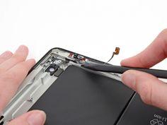 Schritt 55 -       Trennen Sie die Lautstärketaste des Flachbandkabel vom Kleber mit der Spitze eines Spudger.      Gleiten Sie mit der Spitze des Spudger in Richtung der Oberseite des iPad, damit lösen Sie den Klebstoff.      Lassen Sie die Spitze des Spudger unter dem Flachbandkabel und verwenden Sie es, um leicht die Power-Taste aus dem Sockel in dem Aluminiumrahmen zu heben.