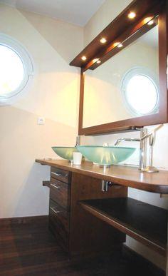 meuble de salle de bains sur mesure essence Merbau massif verni mat bye Bois et Compagnie 54 avenue Montaigne 33160 Saint Médard en Jalles France