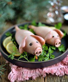 Фаршированные кальмары «Свинки» ⠀ Оригинальная закуска на Новый год Свиньи 2019 - фаршированные кальмары в виде свинок. ⠀ ⠀ Ингредиенты: Кальмар крупный - 2 шт. Рис - 0,5 стакана Лук репчатый - 0,5 шт. Шампиньоны - 4-5 шт. Соль - по вкусу Перец ч.м. - по вкусу Масло постное - 1 ч.л. Гвоздика, перец горошком, ветчина - для украшения Quick Healthy Snacks, Healthy Drinks, Creative Food Art, Edible Crafts, Food Fantasy, Christmas Party Food, Catering Menu, Fun Easy Recipes, Food Decoration